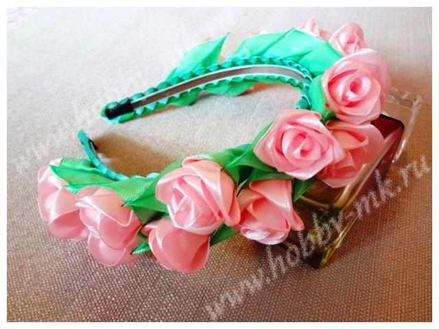Ободок, украшенный маленькими розами канзаши