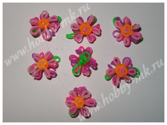 Маленький цветок из резиночек на двух петельках