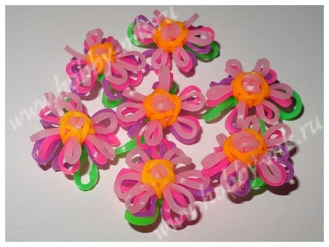 Маленький цветок из резинок для плетения