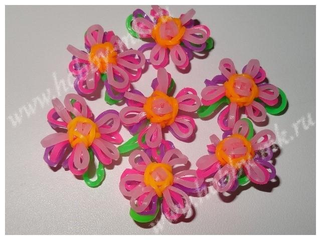 Маленький цветок из резиночек